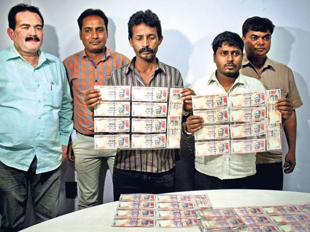 Arrested-persons-display-fake-currency-notes-at-police-control-room-in-Bhopal-on-Friday-Bidesh-Manna-HT-photo