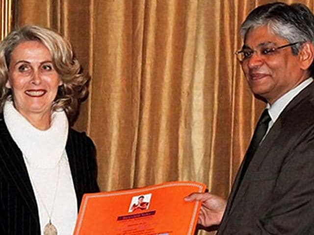 Ambassador-Arun-K-Singh-gives-a-prize-to-the-winner-of-India-tour-to-Rajasthan-at-a-function-to-showcase-Indian-documentaries-prepared-by-France-Televisions-Photo-Embassy-of-India-Paris