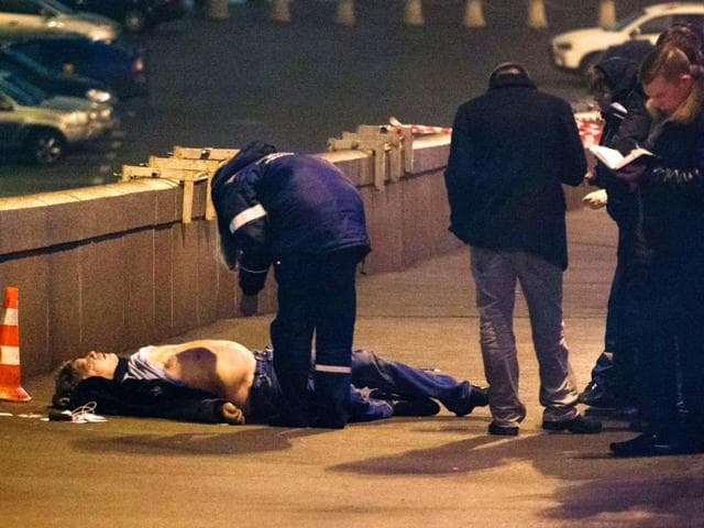 Russian-police-investigators-check-the-body-of-Russian-opposition-leader-Boris-Nemtsov-on-the-Bolshoi-Moskvoretsky-bridge-near-Saint-Basil-s-Cathedral-in-the-center-of-Moscow-AFP-Photo