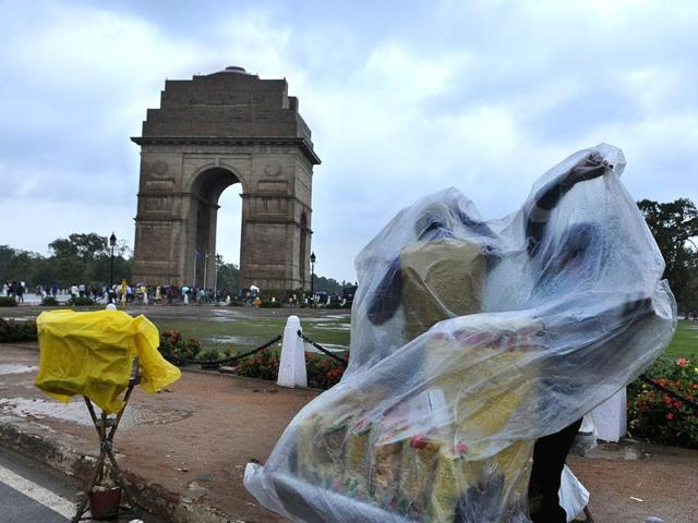 People-try-to-take-shelter-during-rain-at-India-Gate-premises-in-New-Delhi-HT-photo-Subrata-Biswas