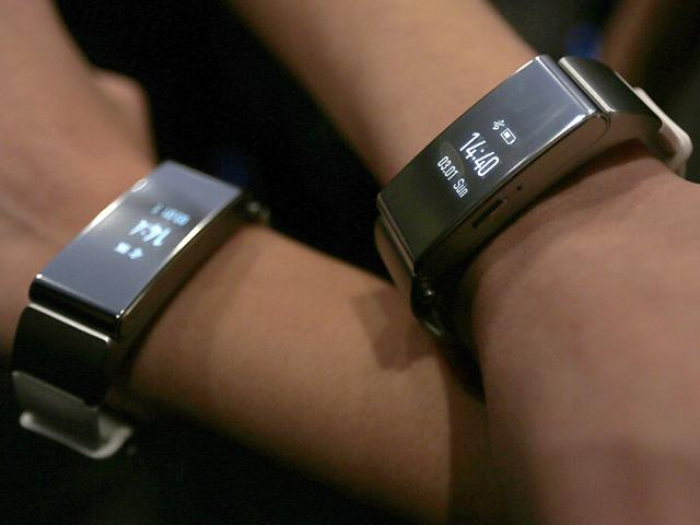 Huawei-s-hostesses-show-the-Huawei-Talkband-B2-after-the-device-was-presented-by-Huawei-Chief-Executive-Richard-Yu-during-a-news-conference-in-Barcelona-Photo-Reuters