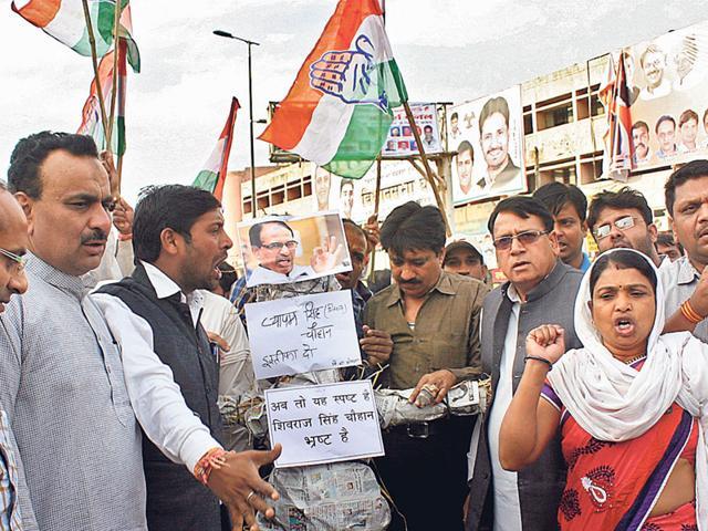 Congressmen-burn-the-effigy-of-CM-Shivraj-Singh-Chouhan-in-Bhopal-following-the-government-s-decision-to-lodge-an-FIR-against-AICC-general-secretary-Digvijaya-Singh-HT-photo