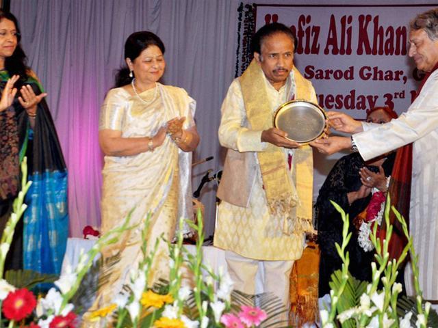 Sarod-maestro-Ustad-Amjad-Ali-Khan-presents-Hafiz-Ali-Khan-award-to-violin-player-L-Subramaniam-at--an-award-ceremony-in-Gwalior-PTI-photo