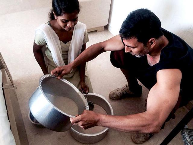 Akshay-making-thandai-on-Holi-Photo-Twitter