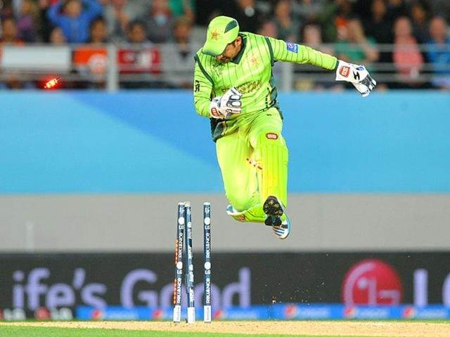 Pakistan-wicketkeeper-Sarfraz-Ahmed-knocks-the-bails-off-as-he-celebrates-the-dismissal-of-South-Africa-s-AB-de-Villiers-during-their-Cricket-World-Cup-Pool-B-match-in-Auckland-New-Zealand-AP-Photo