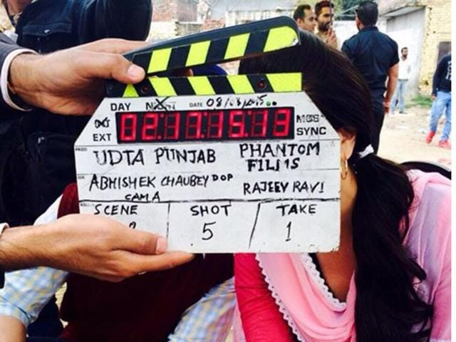 Diljit-Dosanjh-posted-a-picture-with-Kareena-hiding-behind-the-film-slate-and-captioned-I-am-dead-How-to-tell-you-who-s-there-with-me-in-the-pic-sic-Photo-Courtesy-Diljit-Dosanjh-s-official-Twitter-account