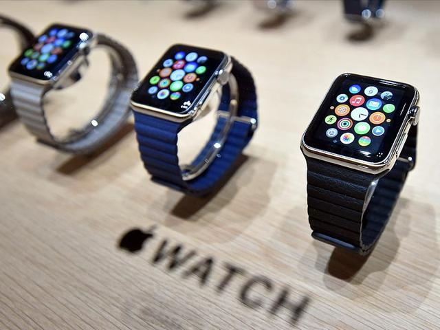 A-customer-plays-with-a-new-Apple-Watch-in-an-Apple-store-in-Sydney-Photo-AFP