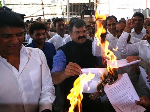 Opposition-members-protest-against-the-scrapping-of-the-5-reservation-to-Muslims-in-education-by-BJP-Sena-government-outside-Maharashtra-assembly-during-budget-session-in-Mumbai--Kunal-Patil-HT-photo