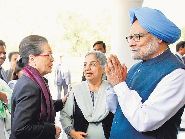 Congress-president-Sonia-Gandhi-and-senior-party-leaders-with-former-PM-Manmohan-Singh-and-his-wife-Gursharan-Kaur-at-their-residence-in-New-Delhi-HT-photo-by-Ajay-Aggarwal