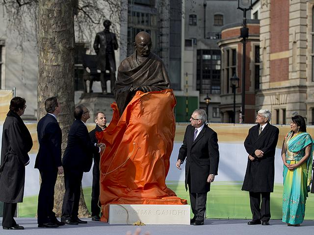 Mahatma-Gandhi-s-statue-is-unveiled-by-finance-minister-Arun-Jaitley-British-Prime-Minister-David-Cameron-Gandhi-s-grandson-Gopalkrishna-Gandhi-and-actor-Amitabh-Bachchan-AP-Photo