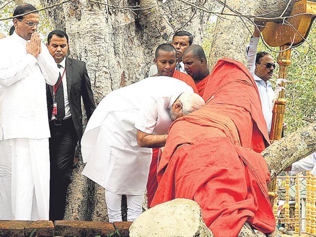 PM-Modi-prays-at-the-Sri-Maha-Bodhi-tree-in-Anuradhapura-as-Sri-Lanka-President-M-Sirisena-left-looks-on-Photo-courtesy-PIB