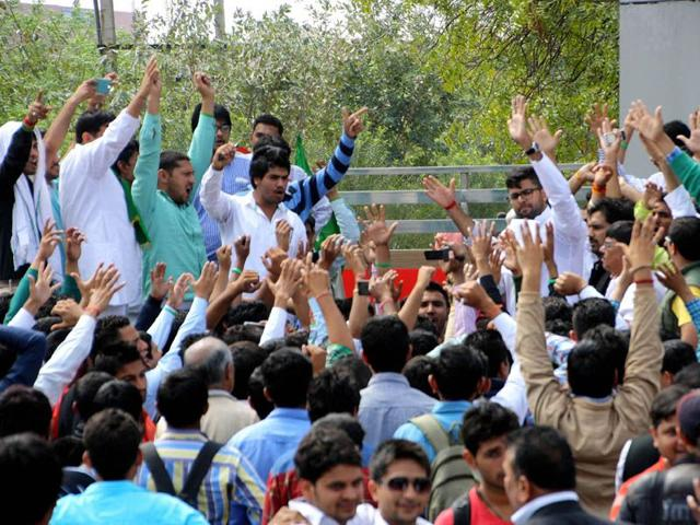 Indian-National-Student-Organisation-national-president-Digvijay-Singh-Chautala-leading-a-protest-against-the-assault-of-member-of-organisation-at-local-Maharashi-Dayanand-University-Manoj-Dhaka-HT