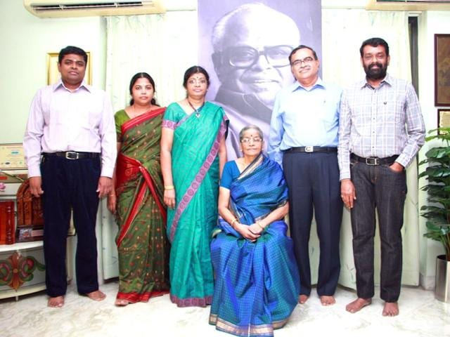 Family-of-K-Balachander-along-with-filmmaker-Vasanthi-Sai-on-the-extreme-right-IANS