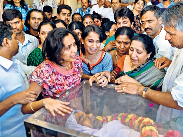 DK-Ravi-s-wife-and-family-members-pay-their-last-respects-in-Bengaluru-on-Tuesday-Kashif-Masood-HT-photo