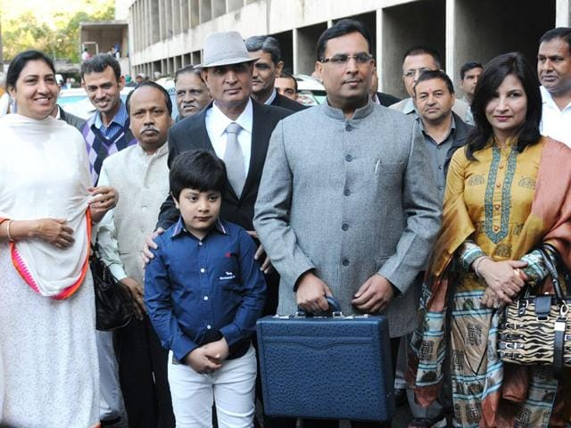 Haryana-finance-minister-Capt-Abhimanyu-accompanied-by-family-and-relatives-on-his-arrival-at-the-Vidhan-Sabha-in-Chandigarh-on-Tuesday-to-present-the-budget-for-2015-16-Sanjeev-Sharma-HT