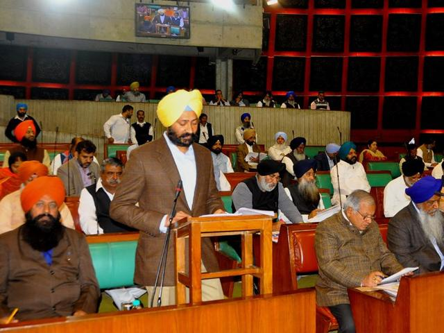 Punjab-finance-minister-Parminder-Singh-Dhindsa-presenting-the-budget-in-Punjab-assembly-on-Wednesday-HT-photo