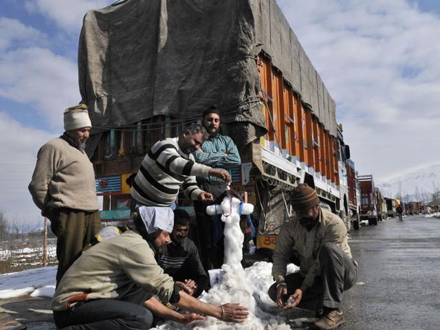 Truck-drivers-make-snowman-as-they-were-stranded-at-Srinagar-Jammu-national-highway-as-due-to-land-slide-in-Qazigund-Srinagar-Waseem-Andrabi-HT