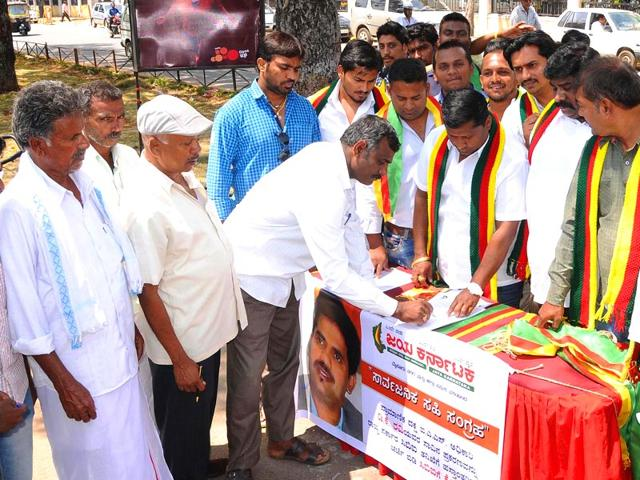 People-signing-the-petition-for-a-CBI-inquiry-into-DK-Ravi-s-death-HT-Photo