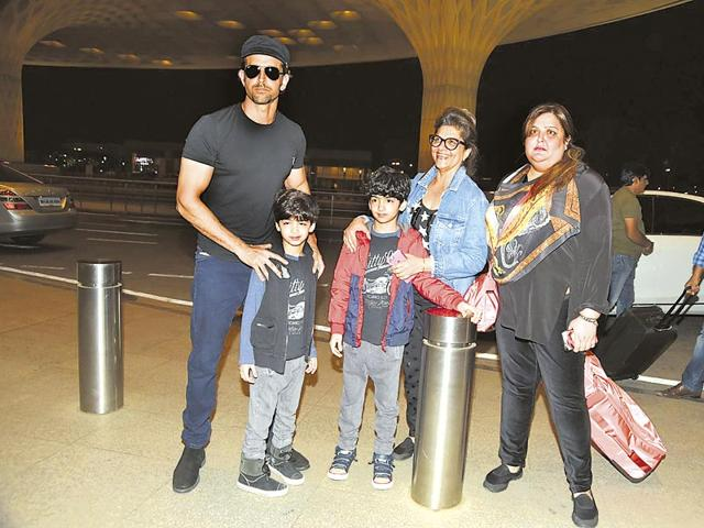 Hrithik-Roshan-with-mother-Pinky-sister-Sunaina-and-sons-Hridhaan-and-Hrehaan-were-at-the-Mumbai-airport-heading-to-Maldives-Photo-Viral-Bhayani