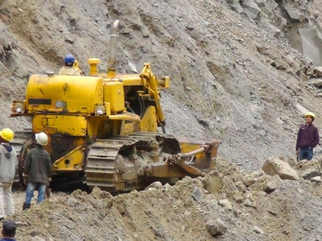 Repair-work-in-full-swing-on-the-Badrinath-Yatra-route-in-Joshimath-HT-photo