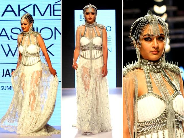 Akshara-Haasan-who-was-wearing-a-tribal-esque-costume-that-weighed-15-kg-made-her-fashion-week-debut-at-the-Anaiikka-show-AFP