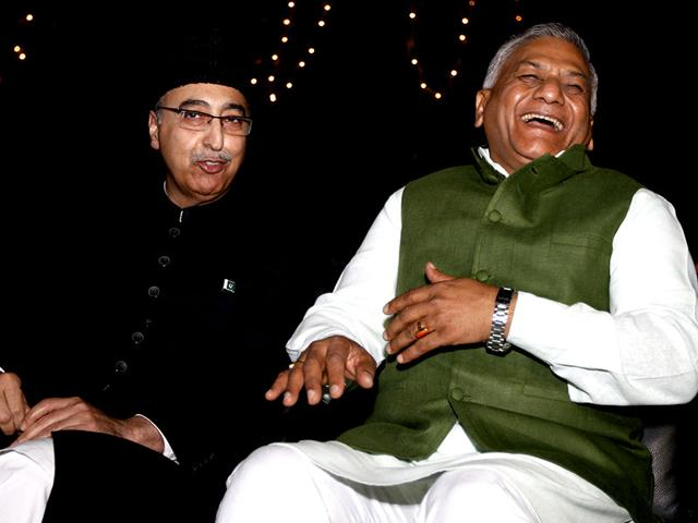 Minister-of-state-for-external-affairs-VK-Singh-with-Pakistani-high-commissioner-to-India-Abdul-Basit-at-a-reception-on-Pakistan-National-Day-in-New-Delhi-Arun-Sharma-HT-Photo
