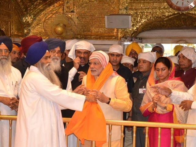 Prime-Minister-Narendra-Modi-being-offered-siropa-at-Golden-Temple-in-Amritsar-HT-Photo