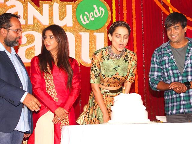 Director-Anand-L-Rai-and-the-entire-cast-of-Tanu-Weds-Manu-Returns-including-R-Madhavan-celebrated-Kangana-Ranaut-s-birthday-in-Delhi-The-first-poster-of-the-film-was-launched-at-the-event-Photo-IANS