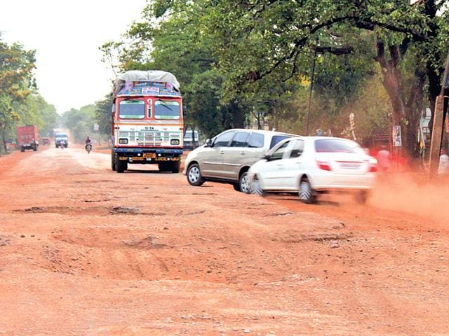 Cars-swerve-to-the-wrong-lane-in-an-attempt-to-avoid-a-cratered-stretch-between-Behragora-and-Dhalbhumgarh-on-NH-33-HT-photo