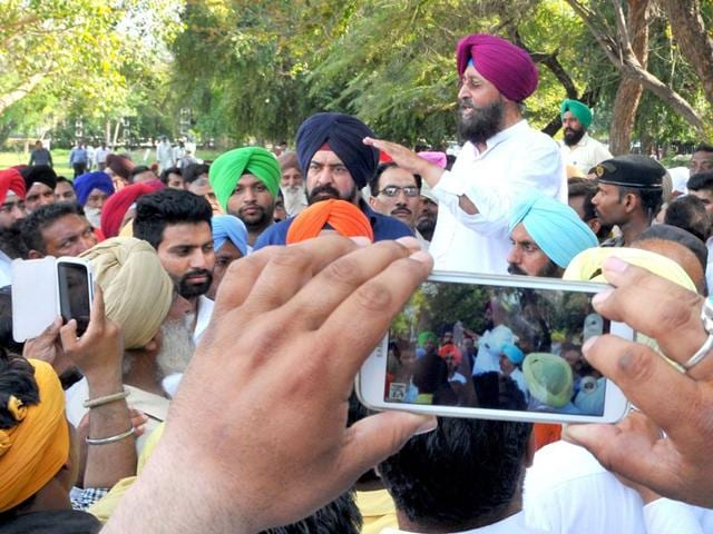 At least 100 Congress party workers led by PPCC chief Partap Singh Bajwa and Ludhiana MP Ravneet Bittu were detained by Chandigarh police when they tried to gherao the Punjab assembly on Tuesday.