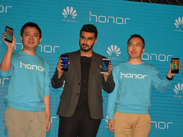 Actor-Arjun-Kapoor-with-Honor-Mobiles-president-George-Zhao-and-company-official-Allen-Wang-at-the-launch-of-Honor-6-Plus-and-4X-in-New-Delhi-Photo-IANS