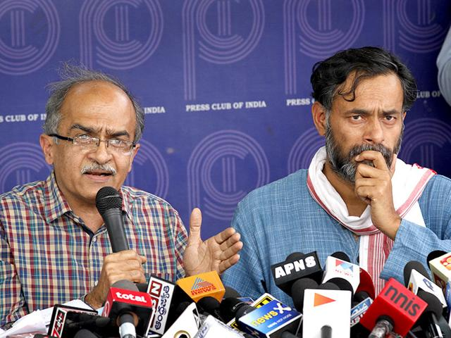 Dissident-AAP-leaders-Prashant-Bhushan-and-Yogendra-Yadav-at-a-news-confrence-at-Press-Club-in-New-Delhi--Arvind-Yadav-HT-Photo