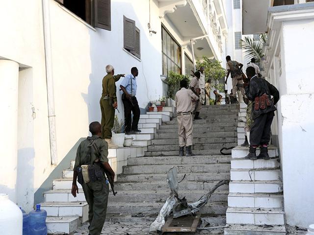 Somali-police-take-position-after-al-Shabaab-attacked-Maka-Al-Mukarama-hotel-in-Mogadishu-March-27-2015-Reuters