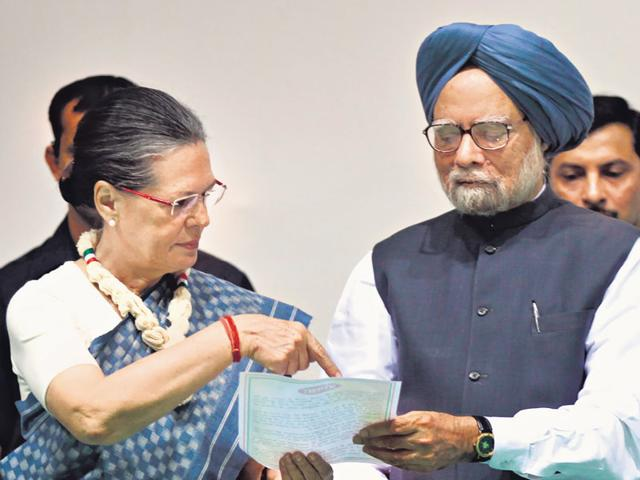 Look-here-Sonia-Gandhi-with-Manmohan-Singh-Ajay-Aggarwal-HT