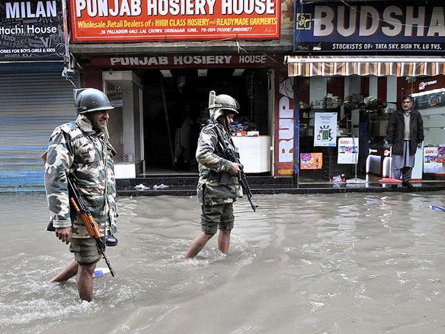 Paramilitary-soldiers-walk-along-flooded-roads-following-heavy-rain-in-Srinagar-Waseem-Andrabi-HT-Photo