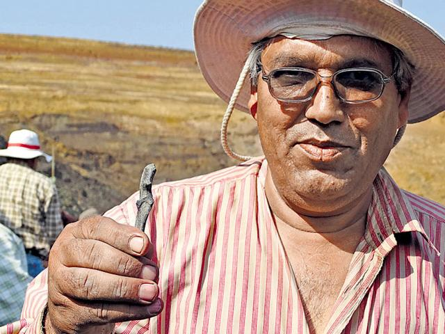 Professor-Rajendra-Rana-from-Garhwal-University-shows-a-bone-fossil-recovered-from-the-coal-mine-Photo-credit-Thierry-Smith