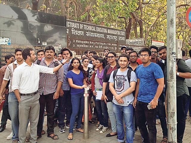 Candidates-protesting-outside-the-Directorate-of-Technical-Education-Mumbai-office-to-demand-a-fair-solution-to-the-problem