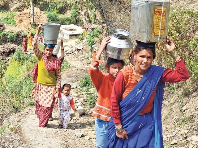 Women-carry-water-on-their-heads-in-Pauri-district-Ht-photo