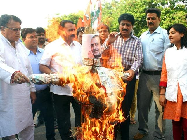 Congress-leaders-burn-effigy-of-Union-minister-Giriraj-Singh-for-his-controversial-comment-against-AICC-president-Sonia-Gandhi-in-Bhopal-Bidesh-Manna-HT-Photo