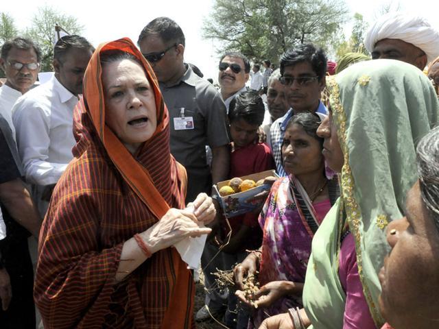 Congress-president-Sonia-Gandhi-meets-farmers-in-Neemuch-district-on-Thursday-Arun-Mondhe-HT-photo