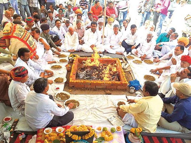 Bharatiya-Khetihar-and-Mazdoor-Kisan-Congress-members-perform-Vasundhara-Raje-sadbuddhi-yagna-in-Bhilwara-on-Wednesday-HT-Photo