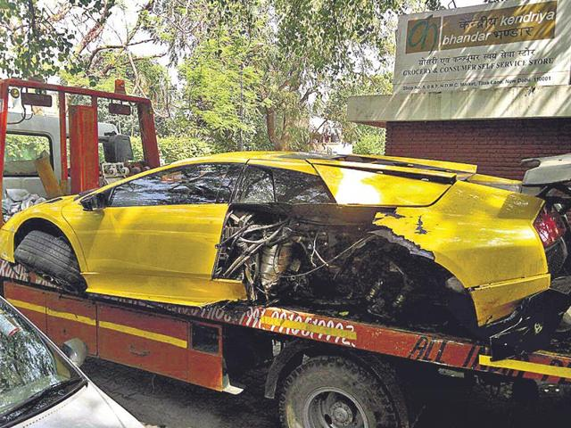 All-the-tyres-and-the-rear-left-portion-of-the-speeding-Lamborghini-were-completely-damaged