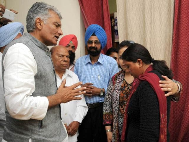 Sunil-Jakhar-along-with-MP-Choudhary-Santokh-Singh-consoling-Rajni-who-suffered-miscarriage-at-her-residence-in-Jalandhar-Pardeep-Pandit-HT