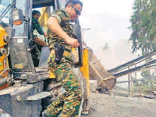 Rohtas-SP-Shivdeep-Waman-Lande-getting-off-a-JCB-machine-during-an-operation-to-demolish-illegal-stone-crusher-units-at-Gopi-Bigaha-village-HT-Photo