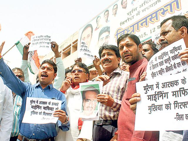 Congress-workers-protest-against-chief-minister-Shivraj-Singh-Chouhan-over-the-killing-of-a-constable-allegedly-by-sand-mafia-in-Bhopal-on-Monday-Bidesh-Manna-HT-photo