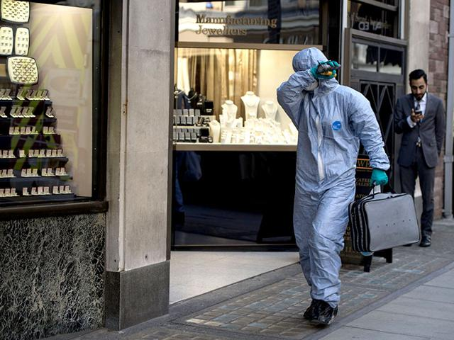 A-forensic-expert-arrives-at-the-Hatton-Garden-Safe-Deposit-Limited-in-London-Photo-AFP