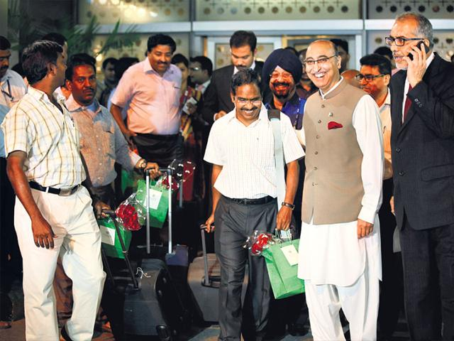 11-Indians-evacuated-by-a-Pakistani-naval-ship-from-Yemen-are-greeted-by-Pakistan-s-ambassador-to-India-Abdul-Basit-after-their-arrival-in-New-Delhi-RAJ-K-Raj-HT-Photo