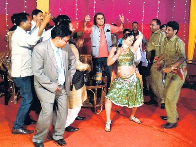 Giridh-DDC-Dinesh-Prasad-in-grey-suit-dances-along-with-other-artistes-Bijay-HT-Photo