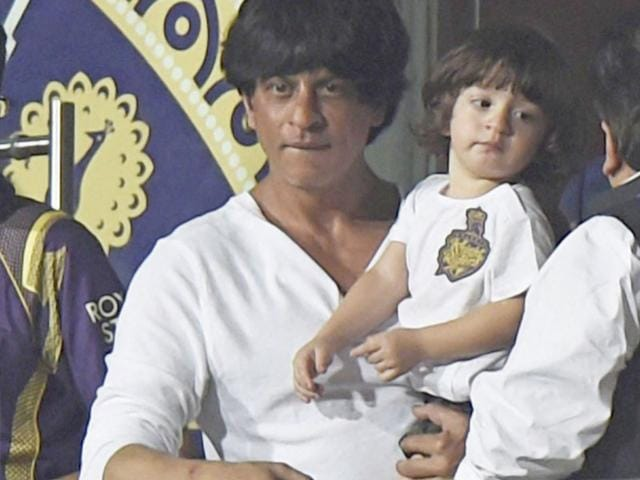 Shah-Rukh-Khan-and-AbRam-on-a-beach-in-Goa-Photo-Viral-Bhayani