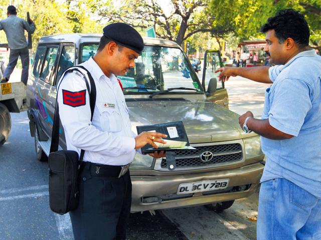 Delhi-traffic-policeman-checking-diesel-vehicles-in-the-Capital-Arvind-Yadav-HT-photo